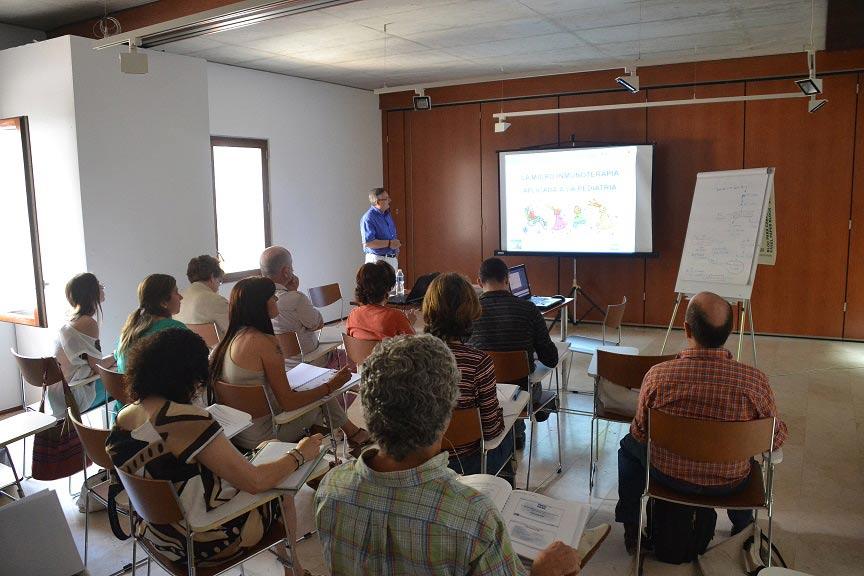 Dr. Rigoberto López durante su ponencia sobre las aplicaciones de la Micro-Inmunoterapia en pediatría.
